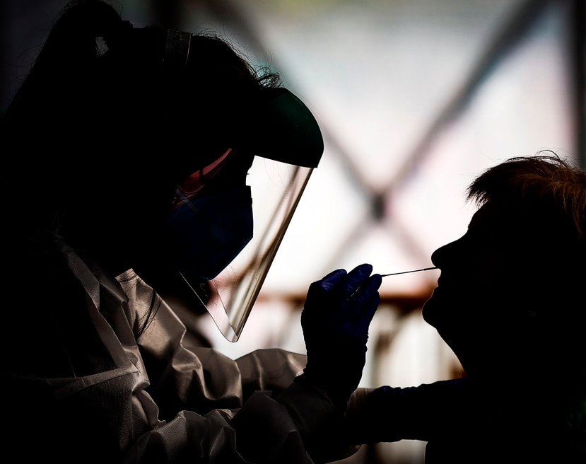 Personal médico toma una muestra para realizar prueba molecular de COVID-19.