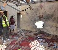 Varias personas inspeccionan una mezquita dañada tras una explosión en Maiduguri, Nigeria. (AP/Jossy Ola)