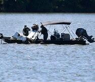 Equipo de emergencia y rescate en el lago en el que cayó el jet.