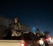 Fotografía de archivo del 28 de noviembre de 2019 de soldados montando guardia en la caravana del presidente Donald Trump durante una visita sorpresiva del Día de Gracias a las tropas norteamericanas en la Base Aérea Bagram, en Afganistán.