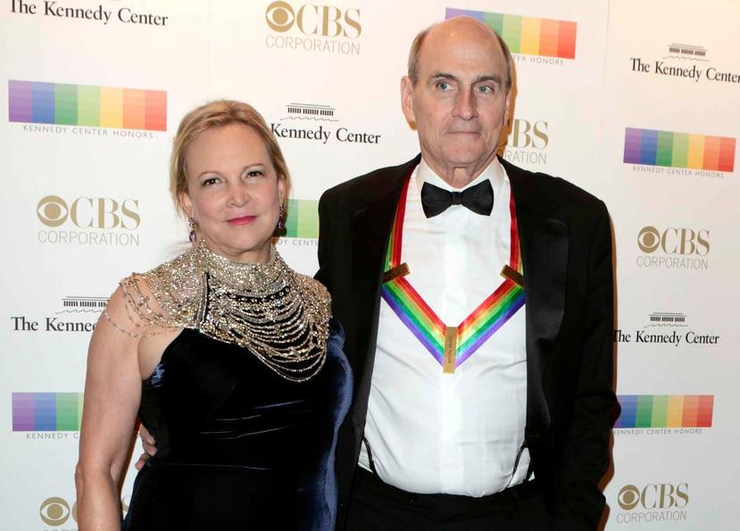 James Taylor y su esposa, Kim hicieron el donativo al Hospital General de Massachusetts en Boston.