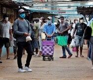 Varias personas hacen compras en un mercado agropecuario, este miércoles en La Habana (Cuba). (Agencia EFE)