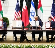 Washington (United States), 15/09/2020.- (L-R) Bahrain Foreign Affairs Minister Sheikh Khalid Bin Ahmed Al-Khalifa, Israeli Prime Minister Benjamin Netanyahu, US President Donald J. Trump and UAE Foreign Affairs Minister Sheikh Abdullah bin Zayed bin Sultan Al Nahyan during the Abraham Accords signing ceremony, which normalizes relations between the United Arab Emirates and Bahrain with Israel, on the South Lawn of the White House in Washington, DC, USA, 15 September 2020. (Bahrein, Emiratos Árabes Unidos, Estados Unidos) EFE/EPA/JIM LO SCALZO