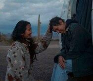 """En esta imagen, la directora Chloe Zhao acaricia la cabeza de la actriz Frances McDormand en el set de """"Nomadland"""". (Searchlight Pictures vía AP, archivo)"""