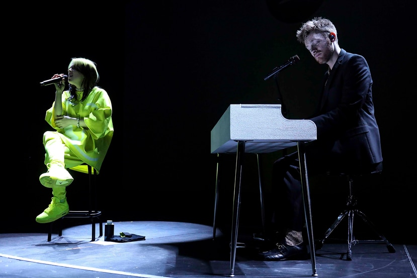 Billie Eilish cantó suavemente con su hermano y productor al piano. (AP)