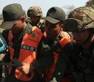Miembros del Ejército colombiano acompañan a dos agentes de la Guardia Nacional Bolivariana (GNB) que desertaron hacia Cúcuta, Colombia. (EFE)