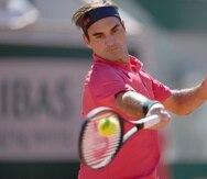 Roger Federer devuelve ante Denis Istomin durante la primera ronda del Abierto de Francia.
