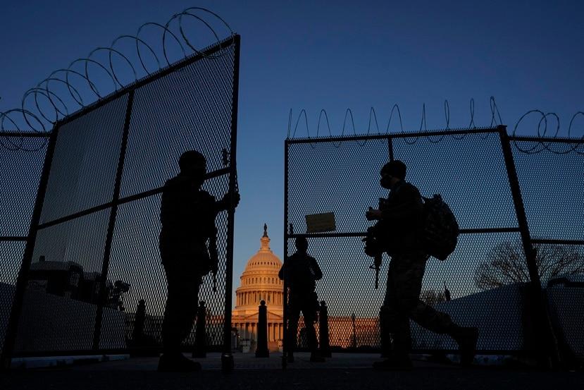 Las medidas de seguridad en el Capitolio se intensificaron con la pandemia de COVID-19 y tras la insurrección del 6 de enero perpetrada por seguidores del expresidente Donald Trump. En la foto, miembros de la Guardia Nacional abren el portón del Capitolio a inicios de marzo de este año.