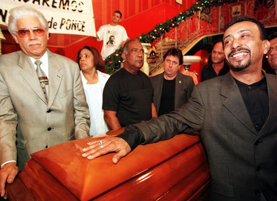 """En la foto, junto a Cheo Feliciano (centro) y Papo Lucca (derecha), rindiendo honor a Pete """"El Conde"""" Rodríguez, fallecido en 2000."""