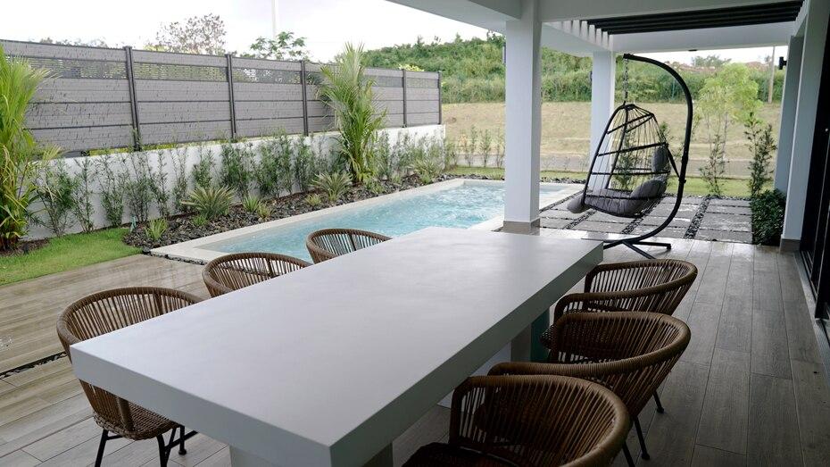 """De igual manera """" incluye piscina con terraza, ducha y medio baño."""