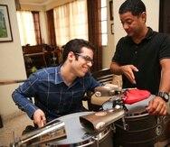 El profesor Kaleb Santana instruye al joven Sebastián Rosado.