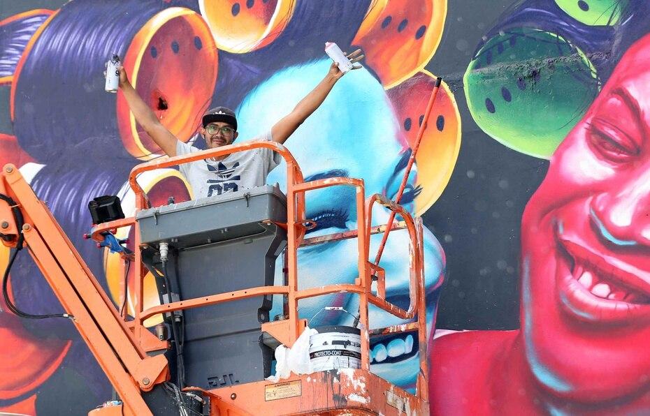 Su mural representa un abrazo amistoso entre Puerto Rico y República Dominicana.