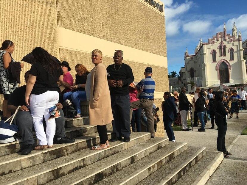 Desde temprano se formó una gran en la Puerto Rico Memorial de Santurce. (Xuaem Tirado Ramos)