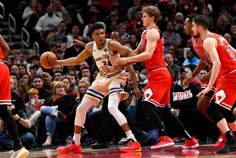 Giannis Antetokounmpo, de los Bucks de Milwaukee, intenta driblar a Lauri Markkanen, de los Bulls de Chicago. (AP / Matt Marton)