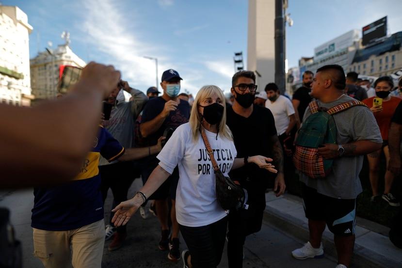 Claudia Villafañe (centro), exesposa de Diego Maradona, acudió a una manifestación donde se pidió justicia por la muerte del astro argentino.