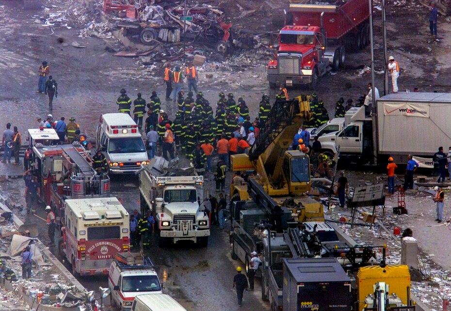 Pese a las pérdidas sufridas por ambos departamentos, los bomberos y policías de Nueva York, en unión con militares y oficiales de otros estados, nunca detuvieron sus esfuerzos para rescatar personas.