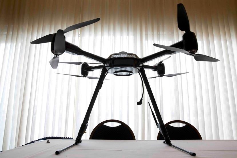 Si las reglas evitan solo una muerte al utilizar pequeños aviones teledirigidos en lugar de un inspector de torres, los 9.2 millones de dólares ahorrados excedería el costo total de las reglamentaciones para la sociedad, de acuerdo al documento. (AP)