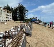 La construcción de una piscina en el condominio Sol y Playa, en Rincón.