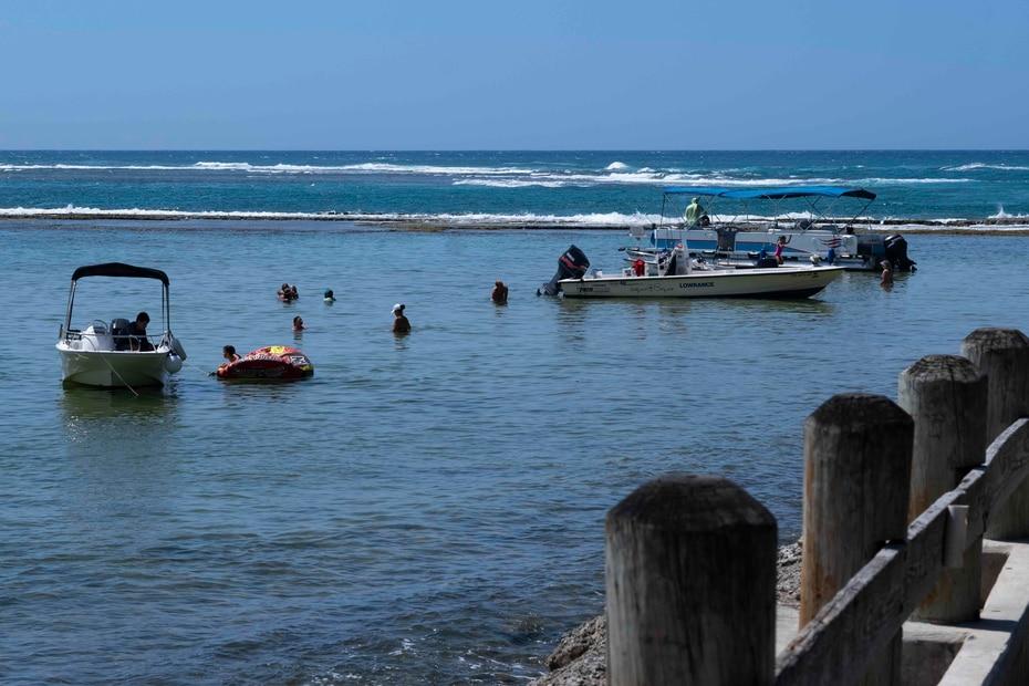 Muchos aprovecharon para darse un chapuzón en la playa para aliviar las altas temperaturas que afectaron durante el día.