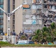 Vista de las labores de rescate en el edificio Champlain Towers de Surfside, Florida, este 29 de junio de 2021.