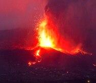 Lava del volcán en erupción fluye en la isla de La Palma, España.