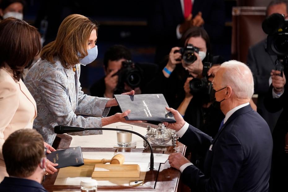 """Los defensores de los derechos de las mujeres dijeron que ver a Harris y Pelosi sentadas juntas detrás de Biden era un """"momento hermoso""""."""