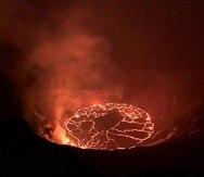 En esta fotografía del 28 de diciembre de 2020 proporcionada por el Servicio Geológico de Estados Unidos se muestra una erupción en el volcán Kilauea de Hawaii.