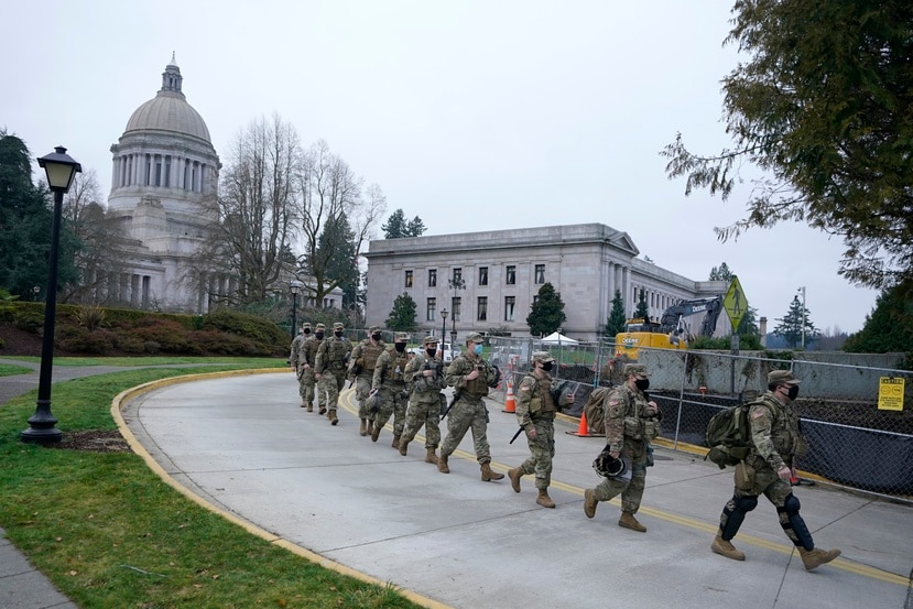 Oficiales de la Guardia Nacional marchan en orden para salir del Capitolio federal durante la toma de posesión de Joe Biden.
