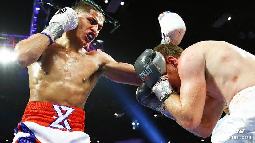 Xander Zayas ataca a su oponente durante la pelea. (Top Rank)