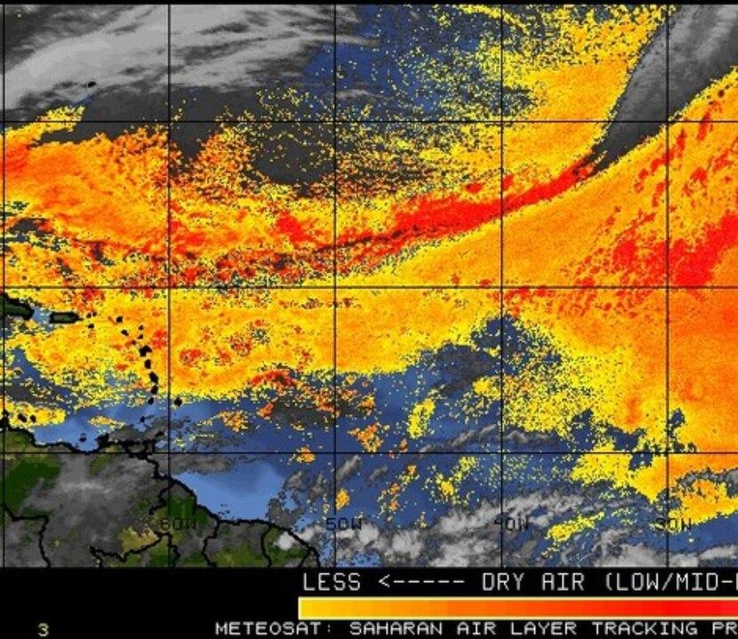 Mapa que muestra en anaranjado y amarillo las zonas de aire seco sobre o cerca de la región de Puerto Rico. La imagen satelital no identifica zonas de polvo del Sahara sobre la isla.