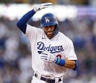 Chris Taylor, de los Dodgers, celebra el primer jonrón de la noche en la segunda entrada ante los Braves.