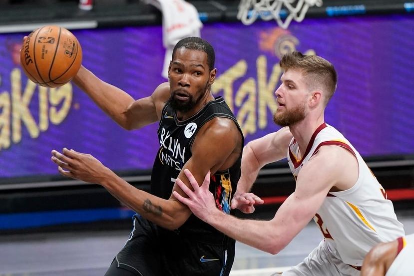 Kevin Durant  avanza hacia la canasta superando a Dean Wade en el encuentro del domingo pasado.