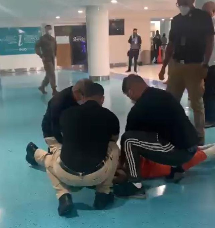Personal del Departamento de Salud realiza un arresto civil de un turista que agredió a funcionarios en el puesto de control del COVID-19 en el aeropuerto internacional Luis Muñoz Marín.