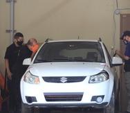 Personal del Instituto de Ciencias Forenses comienza a analizar la guagua Suzuki SX4 que fue ocupada durante la investigación del secuestro de Rosimar Rodríguez Gómez.