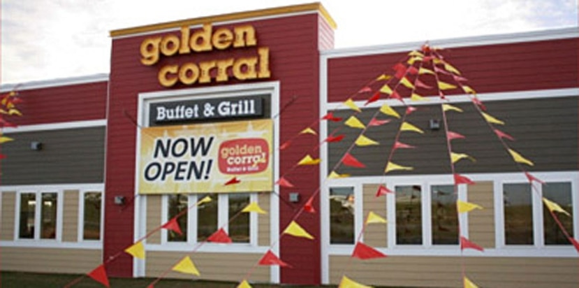 "El primer Golden Corral abrió en  1973 en Fayetteville, Carolina del Norte, como un ""steakhouse"" familiar. (goldencorral.com/franchise/rei.asp)"