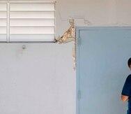 Una columna con daños en la escuela Ernesto Ramos Antonini.