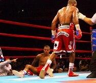 """Félix """"Tito"""" Trinidad cae en la lona contra Bernard Hopkins en el undécimo asalto de la pelea titular en el Madison Square Garden el 28 de septiembre de 2001."""