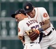 José Altuve y el boricua Carlos Correa se abrazan luego de vencer a los Rangers.
