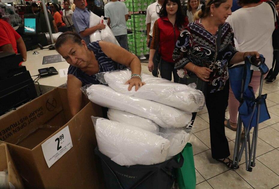 Una mujer aprovechó los buenos precios para comprar múltiples almohadas para su hogar.