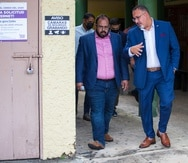 El secretario de Educación federal, Miguel Cardona conversa con el secretario interino de Educación local, Eliezer Ramos Parés durante un recorrido en una escuela en Corozal cuando Cardona estuvo en la isla en junio pasado.