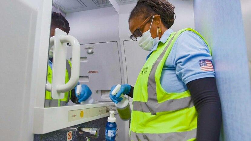 JetBlue aumentó el rigor de los procedimientos de limpieza y desinfección en las aeronaves durante la noche. (Suministrada)