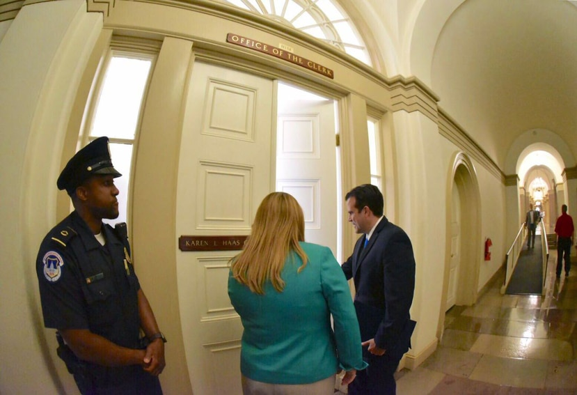 Governor Rosselló went to the House secretariat together with Commissioner Jennifer González, who submitted to the Congress records the results of the plebiscite, in which the statehood obtained 97% of the votes. (Suministrada)