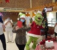 El Grinch alegra la Navidad de tripulantes de Carnival Cruise Line
