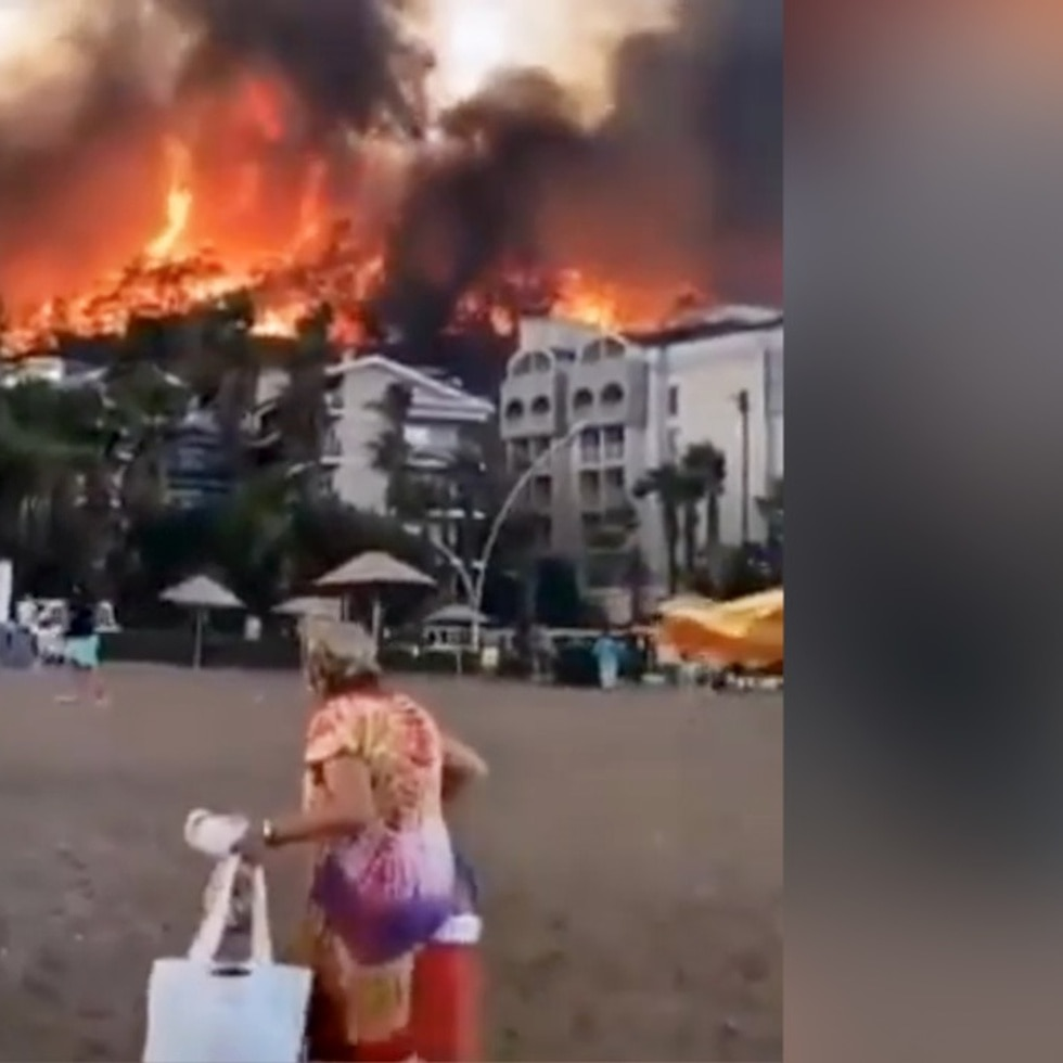 Escapan del fuego en playas y aldeas de Turquía