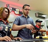 A la izquierda, Mayra Luna, propietaria de Lone Star Armory, quien dará las charlas de seguridad a los comerciantes. (Archivo / GFR Media)