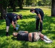 Con temperaturas de sobre 100 grados, bomberos de la ciudad de Spokane, Washington, verifican el estado de una persona sin hogar en el Mission Park, en una de tantas llamadas que reciben para atención médica ante la ola de calor extrema que azota la costa del pacífico de Norteamérica.