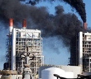 Así lucía la central Aguirre hoy, a las 8:00 a.m., según el director de Generación de la AEE, Daniel Hernández. El humo negro salió por las chimeneas de la central durante tres minutos. (Suministrada)