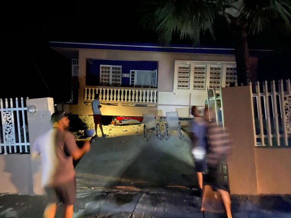 Una residencia en la urbanización Mifedo también colapsó y el automóvil que se encontraba debajo de la casa quedó aplastado.