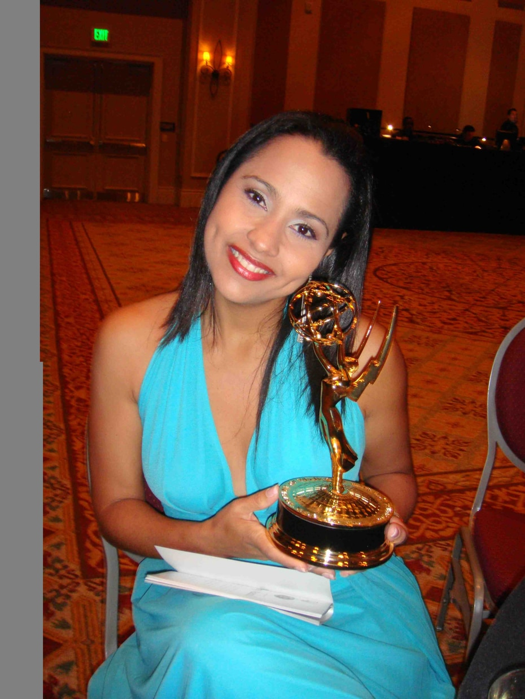 Keylla Hernández posa tras recibir un Emmy. (GFR Media)