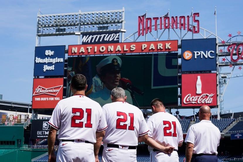 Los coaches de los Nationals de Washington exhibiendo todos el 21 al dorso de sus uniformes, durante los actos protocolares previo al juego contra los Marlins de Miami en el Día de Roberto Clemente.